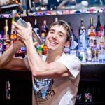 Производитель роботов будет платить барменам, которых заменят