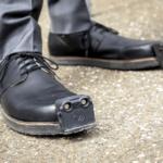 Ботинки-поводыри предупреждают слепых о препятствиях с помощью ультразвука и камер